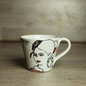 Tazza cappuccino con disegno di donna