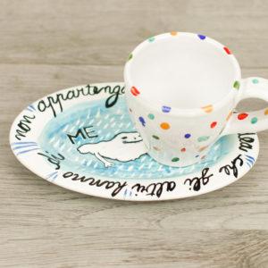 Piattino e tazzina colorati con scritta
