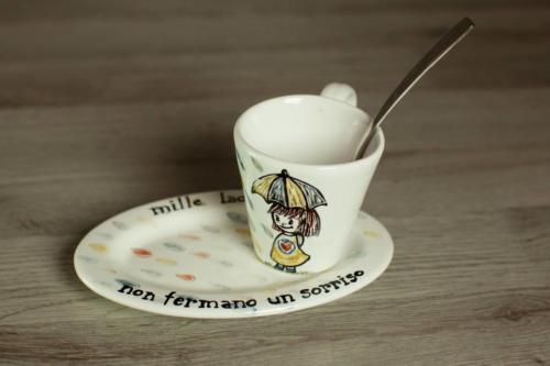 Tazzina e piattino in maiolica dipinta a mano