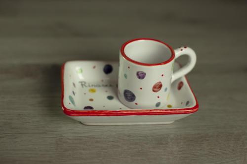 Tazzina e vassoio in ceramica dipinti a mano