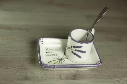 Tazzina con vassoio in ceramica dipinti a mano