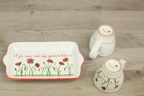 Piattino e tazzine in ceramica dipinto a mano