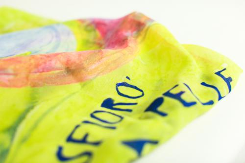 Foulard con scritta personalizzata, multicolore e riflessi dorati, in pura seta