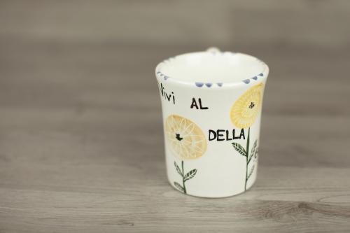 Mug in maiolica con fiori stilizzati dipinti a mano