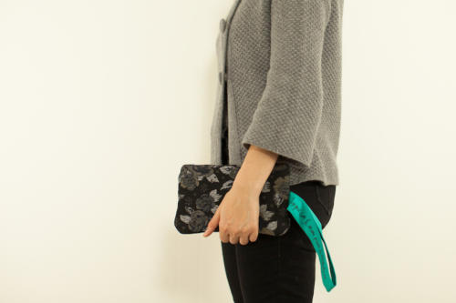 Pochette personalizzata piccola in lana con fiori e scritta. Pochette elegante