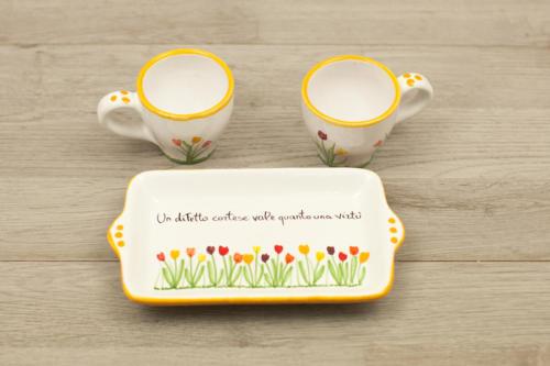 Set caffè doppio in ceramica con disegno di tulipani colorati e Aforisma dipinti a mano