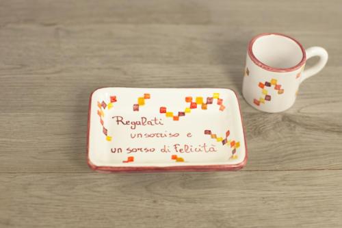 Tazzina personalizzata con scritta e quadratini colorati