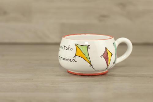 Tazza tondeggiante in ceramica. Tazza personalizzata con scritta
